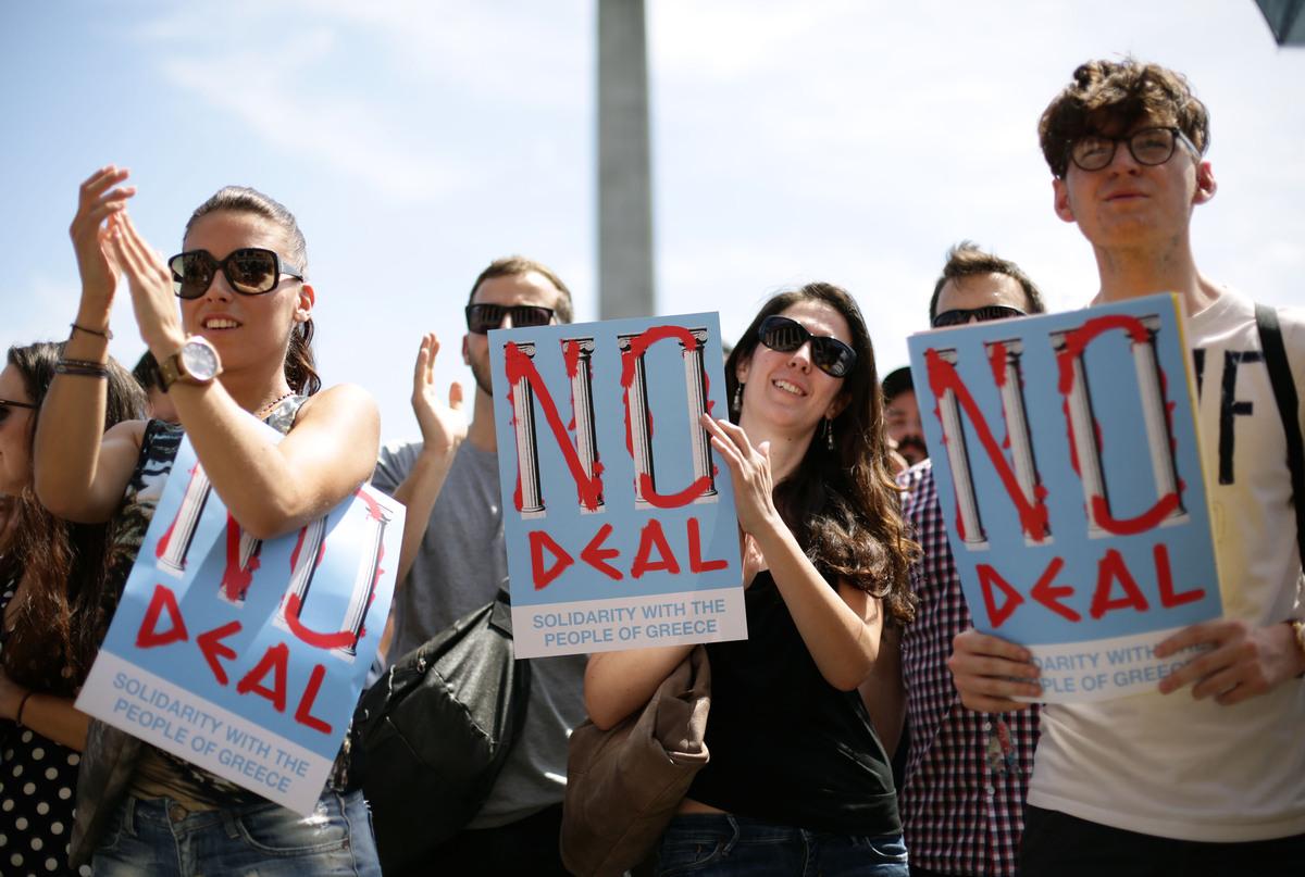 """Излезни анкети: """"Не"""" во предност над """"да"""" на референдумот во Грција"""
