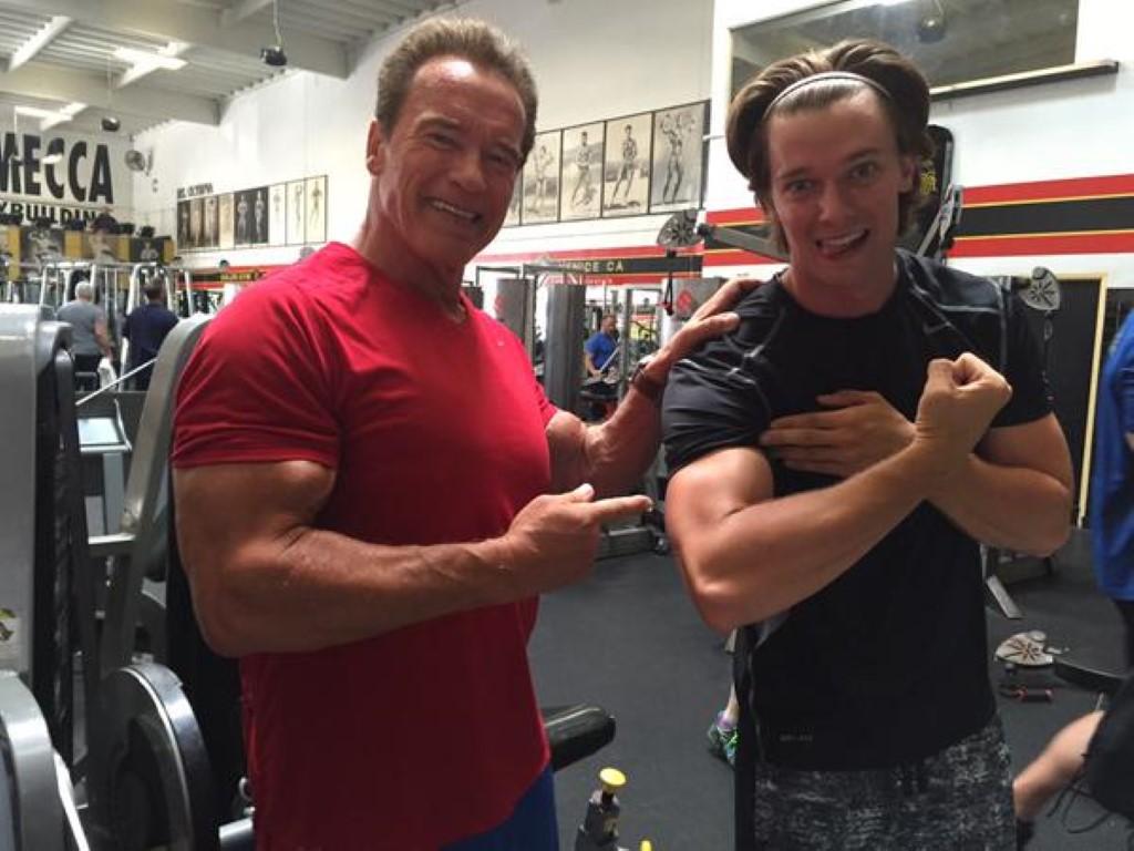 Патрик Шварценегер набива мускули заедно со тато Арнолд