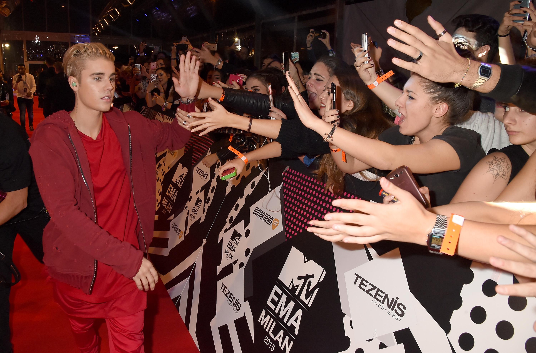 ФОТОГАЛЕРИЈА: Ексклузивно од црвениот тепих на МТВ ЕМА наградите во Милано