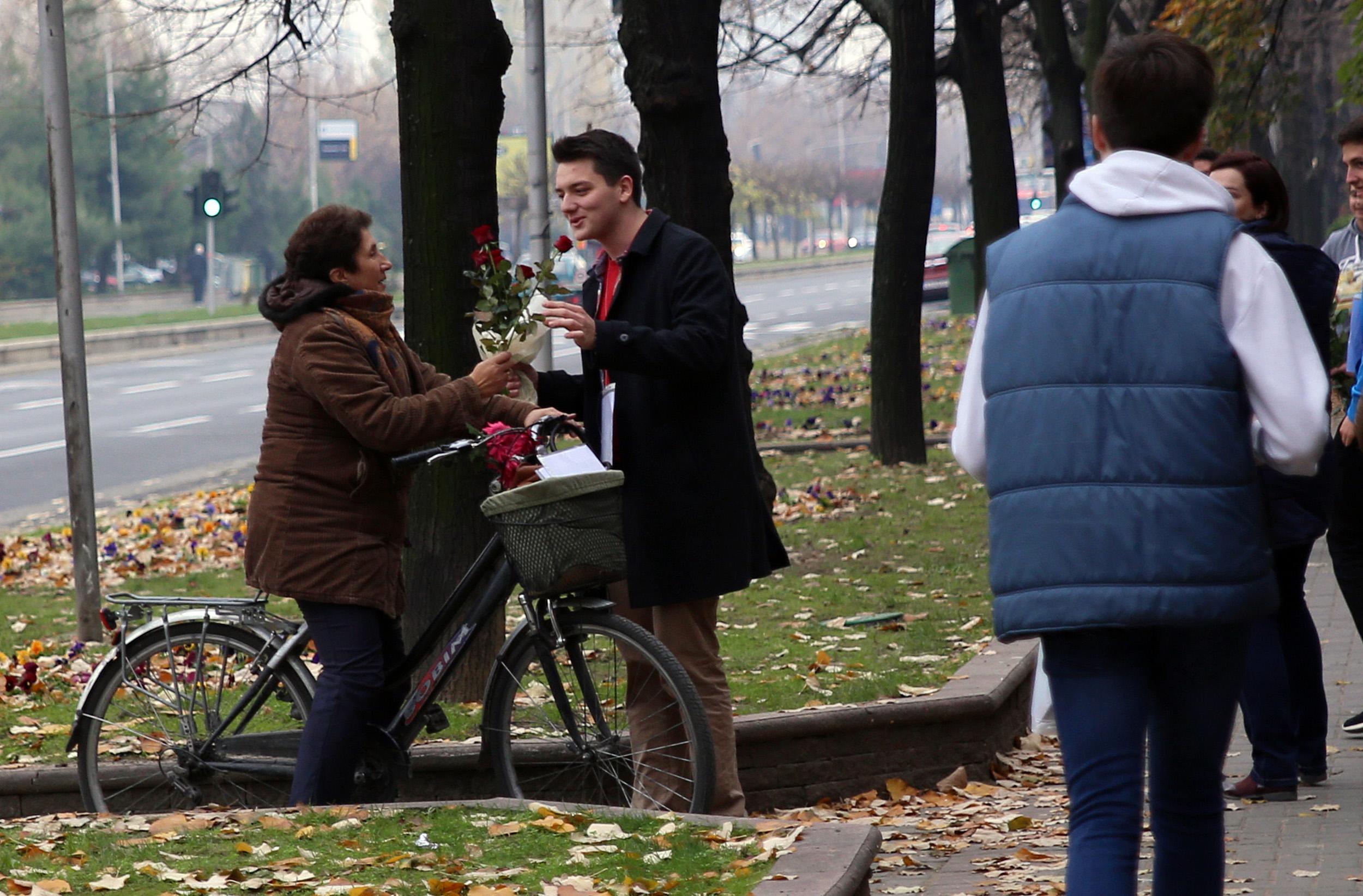 Ученици на меѓународното училиште НОВА донираа книги и слики на случајни минувачи