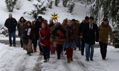 КОЛЕДЕ: Златните славејчиња на Бадник кај семејството Иванови (ФОТОГАЛЕРИЈА)