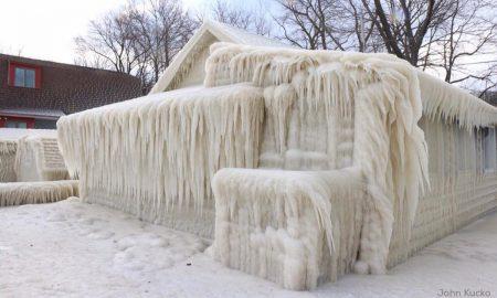 СТУДЕН БРАН ВО АМЕРИКА: Замрзна куќа на брегот на езерото Онтарио