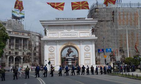 Пред Собранието мирно, се засилува полициското присуство