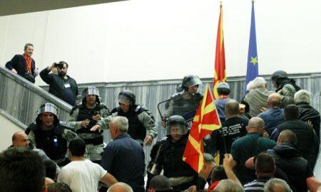 Повредени пратеници и новинари во упадот во Собранието