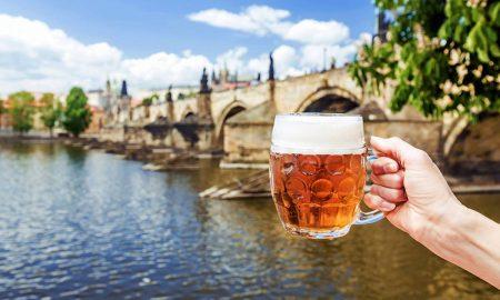 Казна од 400 евра за конзумирање алкохол во центарот на Прага