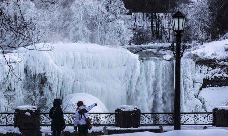 Замрзнаа водопадите на Нијагара (ФОТО)